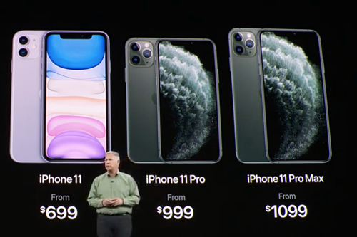 Phil Schiller, Phó chủ tịch mảng tiếp thị của Apple, giới thiệu giá của 3 mẫu iPhone mới trong lễ ra mắt iPhone 11 tại Mỹ ngày 10/9 vừa qua.