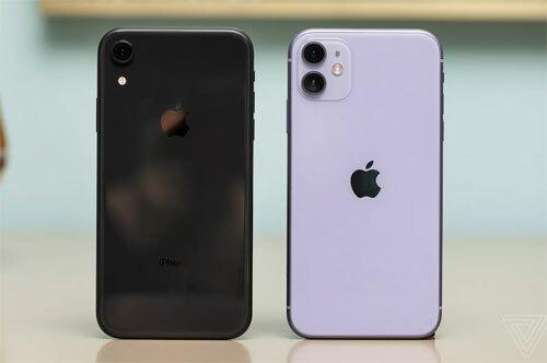 iPhone 11 (phải) là bản thay thế cho iPhone XR (trái). Ảnh: Verge.