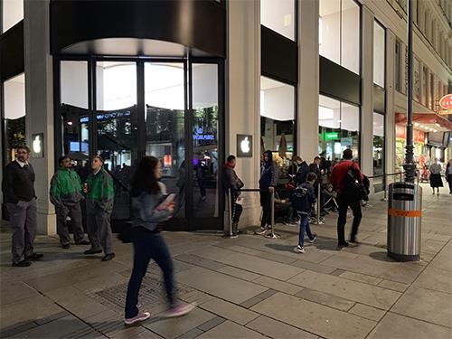 Một cửa hàng Apple Store tại Viena (Áo) cho người mua xếp hàng từ sớm nhưng số lượng đứng bên ngoài không quá nhiều.