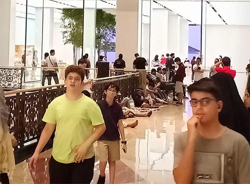 Một người dùng Twitter ở Dubai đăng ảnh kèm dòng trạng tháikhông thể tin nổi khi có nhiều người sẵn sàng ngủ lại qua đêm ngay bên ngoài Apple Store để chờ đợi được mua iPhone mới.