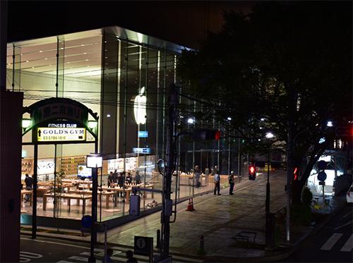 Một cửa hàng khác của Apple trên đại lộOmotesando ở Tokyo cũng khá vắng vẻ trước giờ bán ra. Theo Appleinsider, chỉ có khoảng 10 người xếp hàng trước bên ngoài và tất cả họ đều được nhân viên của Apple Store mời bánh và cà phê.