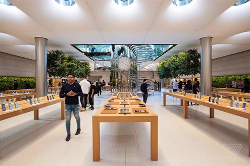 Apple Store mang tính biểu tượng của Quả táo ở Fifth Avenue, New York (Mỹ) cũng hoàn tất việc sửa chữa từ năm 2017 để chuẩn bị cho ngày bán ra iPhone mới. Do chênh lệch múi giờ, các cửa hàng tại Mỹ sẽ bán muộn hơn.