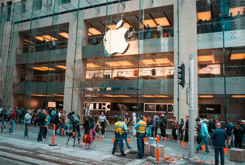 Đến 8h, đã có khoảng 100 người đứng đợi ở Apple Store Sydney.