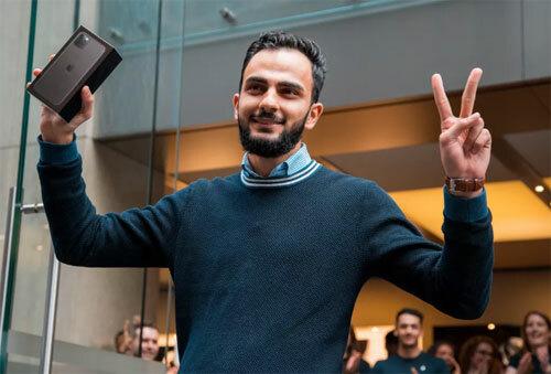 Sau 5 năm xếp hàng thất bại, lần này, Muhannad Al Nadaf, 21 tuổi, cuối cùng cũng đã trở thành người đầu tiên mua được iPhone ở Apple Store tại Sydney. Cậu tới đây từ 3h và đã mua iPhone 11 Pro Max màu xám vì muốn trải nghiệm cụm ba camera mới trên máy.