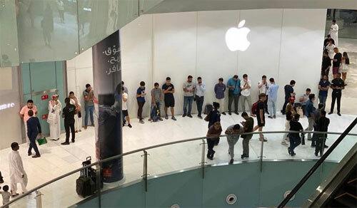 Hàng chục người cũng đứng chờ Apple Store ở Dubai mở cửa.