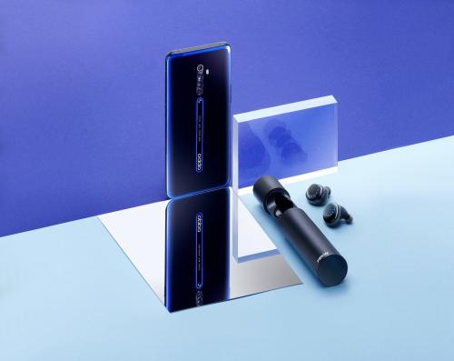 Oppo Reno2 (phiên bản Đen lân tinh) và tai nghe bluetooth.
