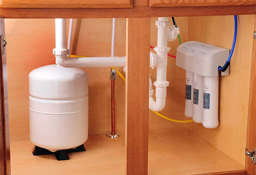 Một hệ thống máy lọc nước gia đình với các lõi lọc và bình chứa. Ảnh: Canyonstateac