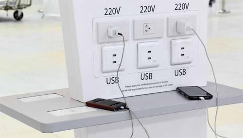 Người dùng được khuyến cáo hạn chế sạc pin thiết bị nơi công cộng. Ảnh: PhoneArena.