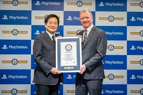 Ken Kutaragi, cha đẻ của PlayStation (trái) và Jim Ryan, CEO Sony Interactive Entertaintment (phải) cùng nâng chứng nhận kỷ lục Guiness dành cho máy chơi game bán chạy nhất thế giới. Ảnh: PlayStation.