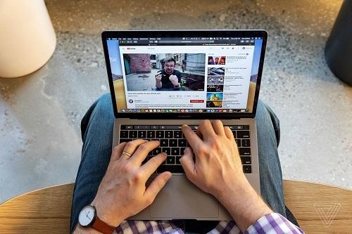 MacBook Pro 13 inch là một trong những mẫu laptop ăn khách nhất của Apple vì cấu hình mạnh mẽ, màn hình đẹp và giá hợp lý hơn. Ảnh: The Verge.