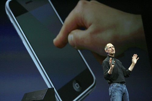 Thế hệ iPhone đầu tiên là một trong những sản phẩm ấn tượng nhất của Apple trong thập kỷ qua. Ảnh: Vox.