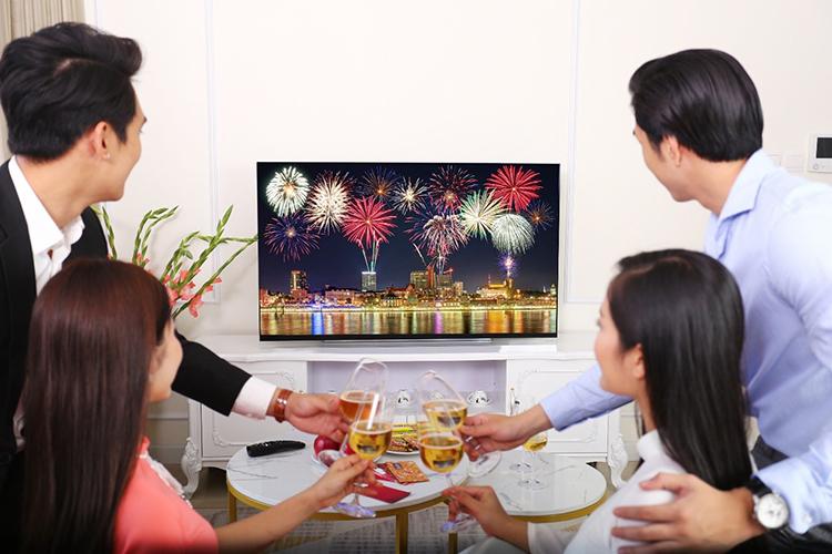 TV OLED trong không gian gia đình.