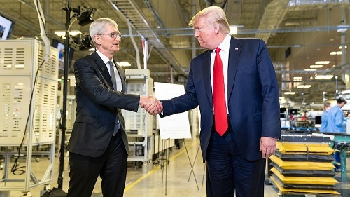 Apple rất khó từ chối khi đang phụ thuộc vào mối quan hệ với Trump để tránh tăng thuế sản phẩm. Ảnh: CNBC.