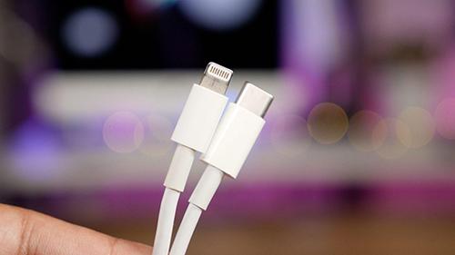 Apple có thể giữ cổng Lightning và cáp này cho iPhone đời mới, nhưng bộ sạc phải có USB Type C.