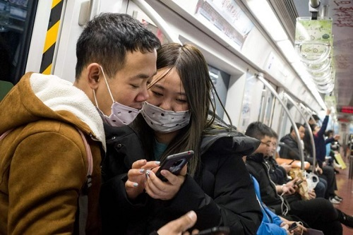 Nhiều người Trung Quốc dùng mạng xã hội để cập nhật thông tin về dịch viêm phổi Vũ Hán. Ảnh: Straits Times.