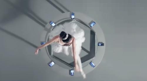 Diễn viên múa trên tấm kính có bệ đỡ là 8 camera thò thụt của Vivo Nex. Ảnh: Vivo.