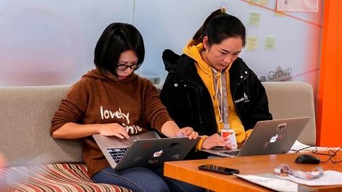 Nhân viên của các công ty công nghệ lớn Trung Quốc được yêu cầu dùng công cụ liên lạc từ xa để giao tiếp. Ảnh: Nikkei Asia Review.