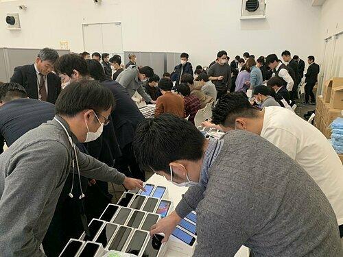 Nhật phát 2.000 iPhone cho du thuyền dính virus corona - ảnh 1