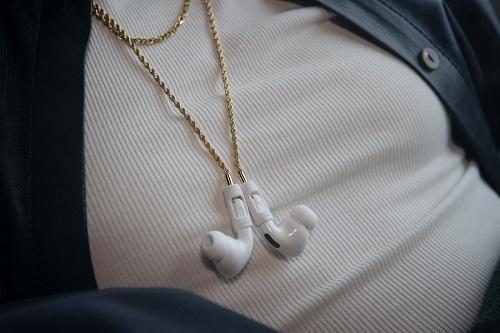 Dây đeo AirPods mạ vàng giá 99 USD - ảnh 1