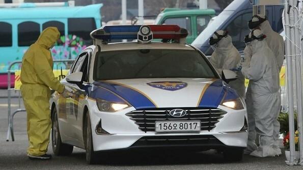 Trạm kiểm dịch nhanh kiểu lái xe tạt qua tại Hàn Quốc. Ảnh: AP