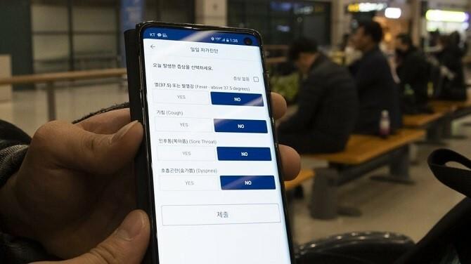 Một ứng dụng hỗ trợ tự chẩn đoán và báo cáo tình trạng theo thời gian thực trên smartphone. Ảnh: Yonhap News.
