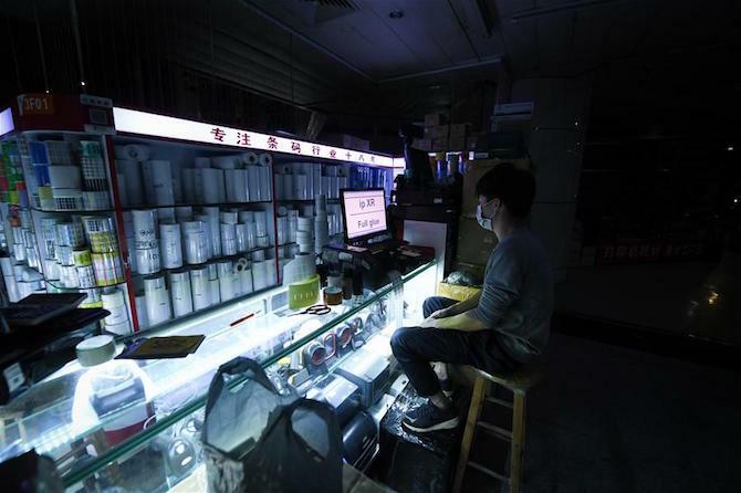 Chủ các gian hàng ở Hoa Cường Bắc đang cố gắng giải phóng hàng tồn kho qua kênh buôn bán trực tuyến.