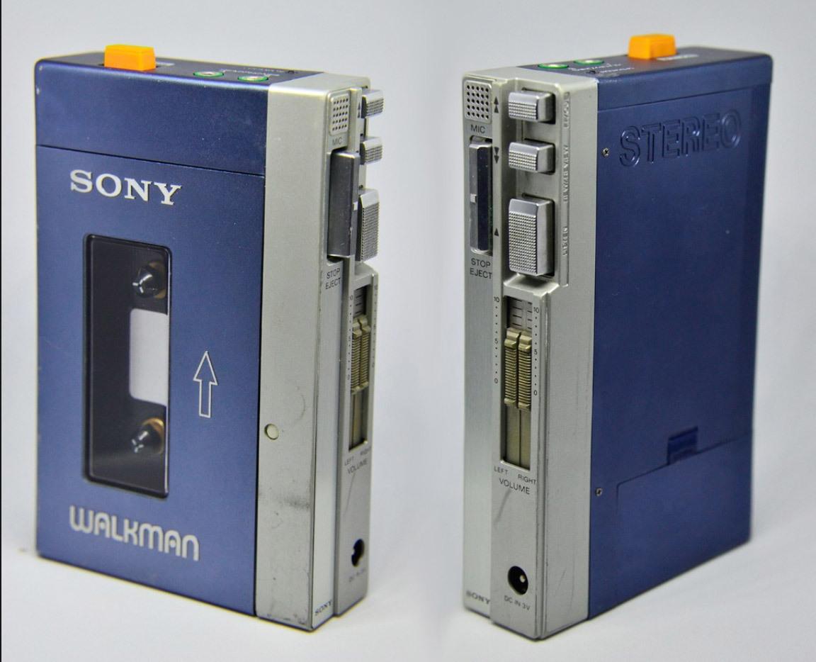 Sony Walkman TPS-L2 ra mắt năm 1979. Với thiết kế nhỏ gọn cùng nhiều tính năng, máy được xem là thiết bị thay đổi khái niệm nghe nhạc di động thời bấy giờ. Ảnh: Techeblog.