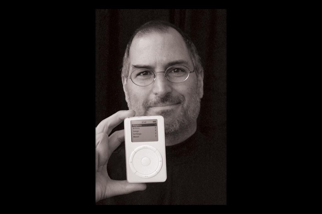 Máy nghe nhạc của Apple ra mắt 2001, thiết kế bởi Jony Ive. iPod được xem là thiết bị thừa kế ngai vàng của Sony Walkman nhờ khả năng đặt mọi âm nhạc trong túi. Theo José Manuel dos Santos, trưởng phòng thiết kế và trải nghiệm người dùng củaSignify, iPod là yếu tố giúp thúc đẩy ngành công nghiệp âm nhạc tiến lên.