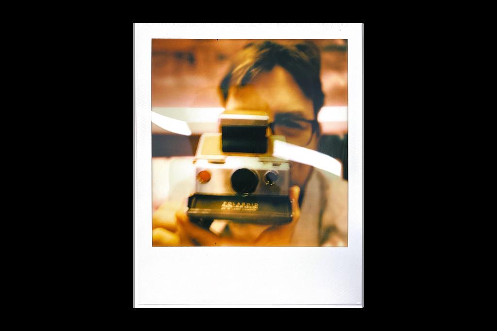 Polaroid SX-70 ra mắt năm 1972. Máy được ví như một phòng thí nghiệm máy phim thu nhỏ thời bấy giờ. Thay vì phải chụp, tráng phim để cho ra ảnh, SX-70 có thể chụp và lấy ảnh sau vài phút - điều hầu hết máy ảnh không thể làm được trong những năm 1970. Ảnh: Fortune.
