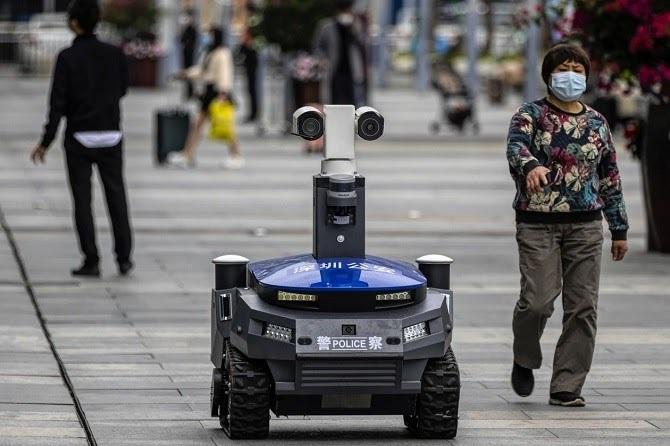 Robot tuần tra, sàng lọc bệnh nhân Covid-19 tại một nhà ga ở Thâm Quyến. Ảnh: WSJ.