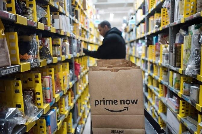 Nhân viên Amazon làm việc trong một nhà kho ở New York. Ảnh: AP.