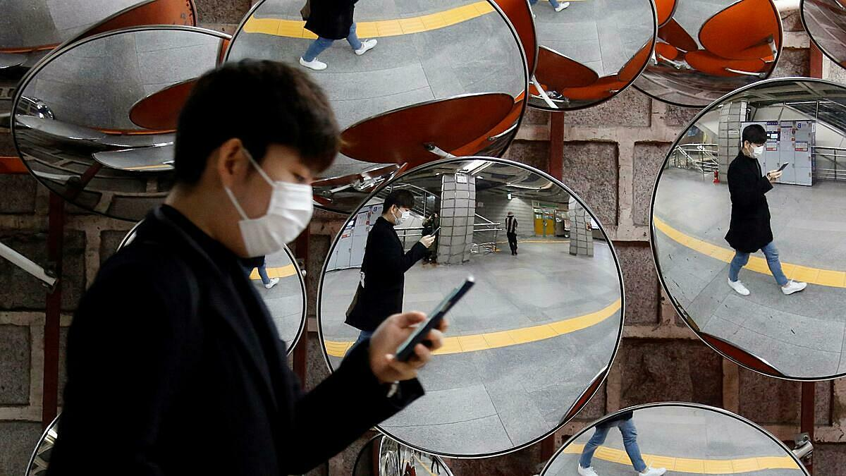 Hàn Quốc thậm chí cho phép trích xuất hình ảnh từ camera giám sát để ngăn Covid-19 bùng phát. Ảnh: Reuters.
