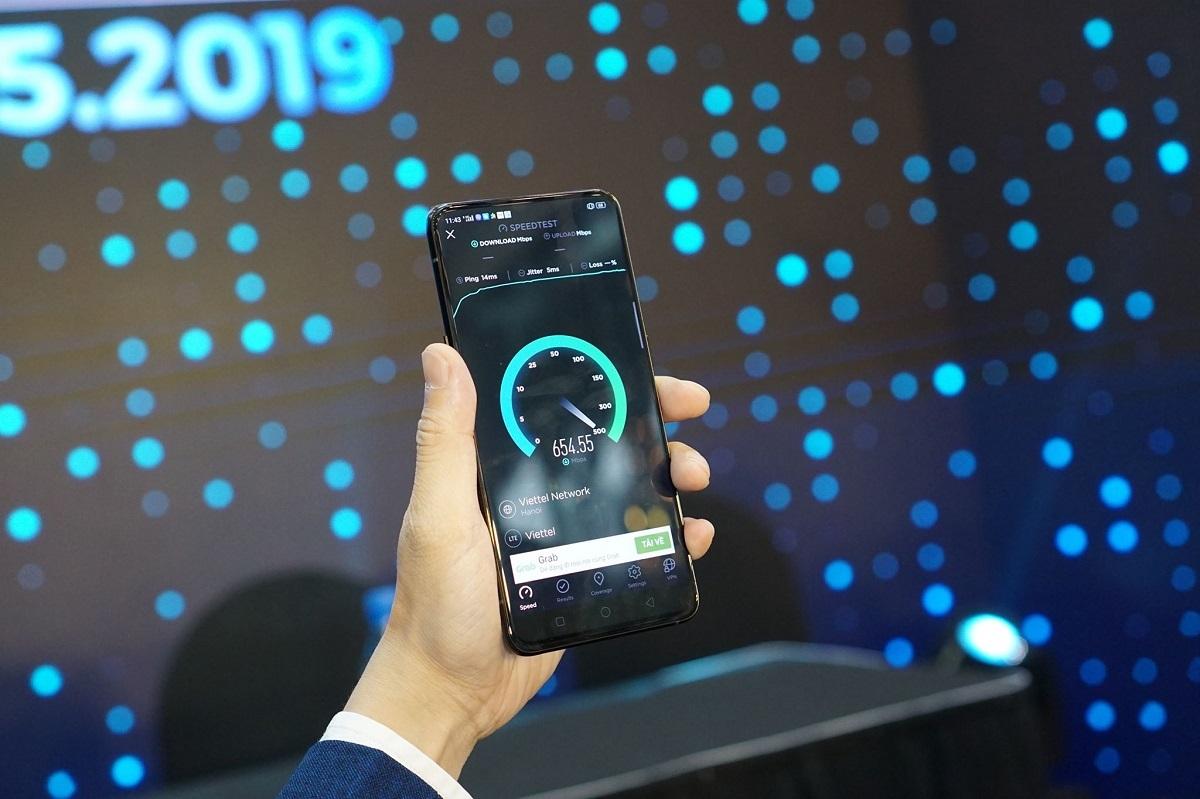Oppo Reno 5G là smartphone kết nối thành công mạng 5G đầu tiên tại Việt Nam trong buổi thử nghiệm của Tập đoàn Công nghệ viễn thông Quân đội Viettel