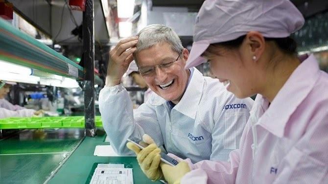 Tim Cook trong chuyến thăm nhà máy Foxconn ở Trung Quốc vào năm 2012. Ảnh: iMore.