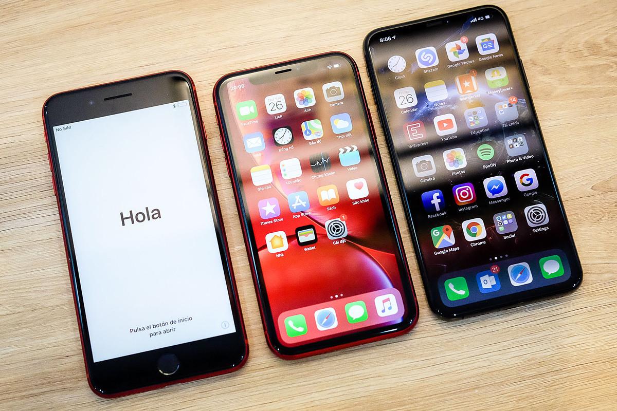 Nhiều mẫu iPhone chính hãng đều được giảm giá, từ model đời cũ như 7 Plus cho tới mẫu mới như 11 Pro Max. Ảnh: Tuấn Anh..