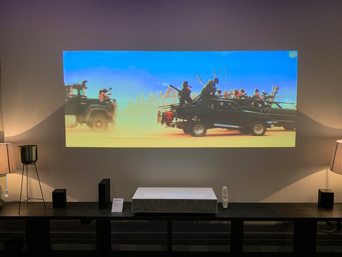 Máy chiếu khoảng cách siêu gần, có thể đặt trên kệ TV mà vẫn chiếu được hình lên tới 100 inch.