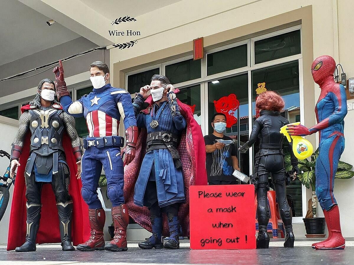 Wire Hon phát khẩu trang cho các siêu anh hùng trước khi ra ngoài làm nhiệm vụ.