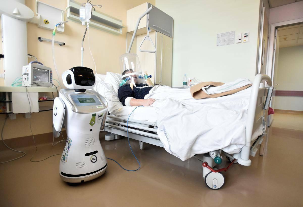 Robot chăm sóc bệnh nhân tại Italy. Ảnh: Reuters.