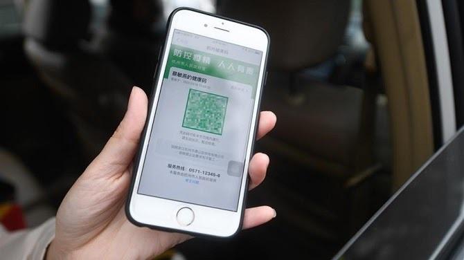 Mã QR ba màu được sử dụng tại Trung Quốc. Màu xanh được tự do đi lại, màu đỏ và vàng cần báo cáo ngay lập tức. Ảnh: Sina.