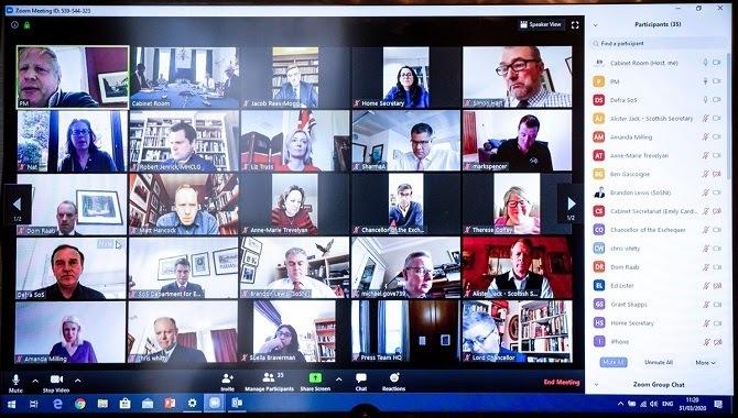 Bức ảnh của Thủ tướng Anh Boris Johnson đăng trên Twitter để lộ số ID phòng họp Zoom. Ảnh: PC World.