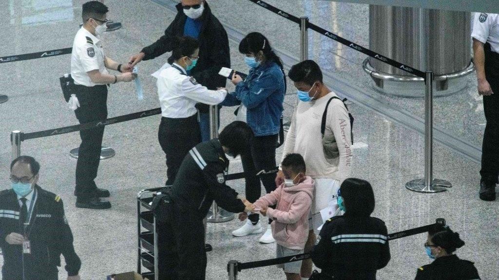 Người nhập cảnh vào Hong Kong phải đeo vòng tay định vị. Ảnh: China Daily.