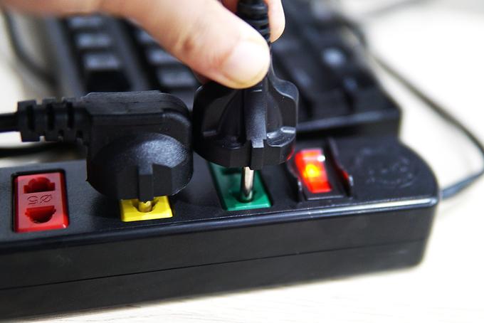 Ngắt nguồn thiết bị cũng là cách tiết kiệm điện được nhiều chuyên gia khuyên dùng.